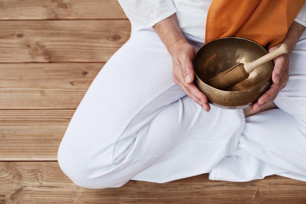 Klangschalenmassage, Klangmassage oder Massage mit Klangschale